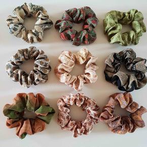 Crepe silke scrunchies / hårelastikker syet af indiske vintage sarier. Mange forskellige farver. 3 stk for 100 pp