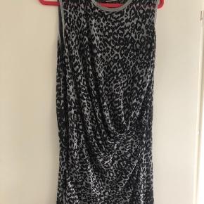 Unik By Malene Birger kjole top. Er let gennemsigtig i det sorte stof. Er ca. 100 cm. lang og ca. 52 cm. over brystet. Brugt to gange.