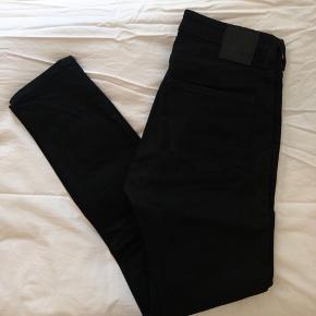 Jeans fra Weekday i str. 27. Slim fit, normal taljehøjde.