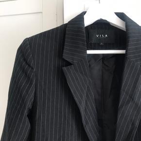 Fin jakke/blazer fra vila. Perfekt til forår og sommer  Pris: 120 pp. Kan afhentes i Vanløse eller sendes med dao på købers regning.   Tjek mine andre annoncer ud🛍