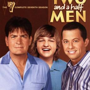 Two and a Half Men: Season 7 (3-disc) (DVD) Dansk Tekst - I FOLIE   Specielt om denne udgivelse: Tekst fra omslag:  Charlie indser, at Chelsea er den ægte vare, og forsøger hvad som helst for at beholde hende. Men kærligheden har ikke kun gjort Charlie blind. Alan er overbevist om, at det eneste, der adskiller ham fra flotte mænd, er hans hår, så han forsøger sig med den slags, man kan spraye på. Og Jake har besluttet, at det han mangler for at kunne begå sig i teenageårenes farefulde datingverden, er gode råd. Fra Charlie.  Laserdiskens omtale:  Chelsea opfordrer Charlie til at hjælpe sin ex-forlovede Mia med hendes sangkarriere, men har han stadig følelser for hende? Og hvad nu hvis hun synger forfærdeligt? Imens prøver Alan at overtale Charlie til at lade Melissa flytte ind. Men da hun først er kommet indenfor, overtager pigerne magten i husholdningen. Alan bliver tvunget til at tage sig af Judith's baby, og Jake forsøger at afpresse Charlie, da han kommer til at køre over Chelsea's kat! 7. sæson (2009/2010) 22 episoder fordelt på 3 plader. Spilletid: 462 min. Audio: Engelsk DD2.0 Dolby Surround Undertekster: Engelsk, dansk, svensk, norsk, finsk, fransk, spansk, hollandsk Special features: Featurette: A Charlie Harper Ex-Reunion - Charlie's beautiful ex-girlfriends dish on his charm, his wardrobe and his future Gag Reel Episoder: 818-jklpuzo Whipped Unto the Third Generation Mmm, Fish. Yum. Laxative Tester, Horse Inseminator For the Sake of the Child Give Me Your Thumb Untainted by Filth Gorp. Fnark. Schmegle. Captain Terry's Spray-On Hair That's Why They Call It Ball Room Warning, It's Dirty Fart Jokes, Pie and Celeste Yay, No Polyps Crude and Uncalled For Aye, Aye, Captain Tinkle Like a Princess I Found Your Moustache Ixnay on the Oggie Day Keith Moon Is Vomiting in his Grave I Called Him Magoo Gumby with a Pokey This Is Not Gonna End Well