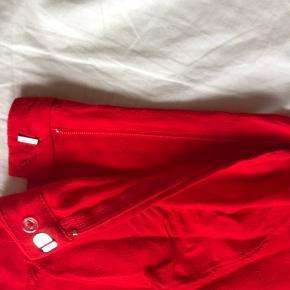 Røde shorts fra H&M med flæser foran Str.36 Cond: 7,5/10 Mp 80 kr.  Køber betaler fragt