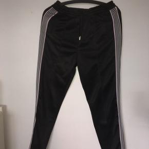 Disse lækre bukser fra H&M er næsten som nye. De er blevet brugt ufattelig lidt. Min pris er 130,- inkl fragt