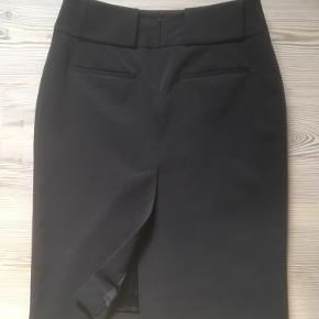 Mærke: Philosophy Blues Original Størrelse: 34 Farve: sort Materiale: 96 % Polyester og 5% Elastane Nederdelen: blankt stof. Flot klassisk nederdel Aldrig brugt  Sælges kr. 155 Bytter ikke Sætter pris på tilfredse købere