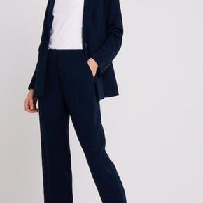 Navy blå jakkesæt i Tommy Hilfiger. Blazeren kostede 1.595 fra ny og bukserne 800. Sælges samlet for 2000 - ellers kom med et bud. Er brugt én gang, så standen er helt ny, har også kvittering der er bevis på den er helt ny.