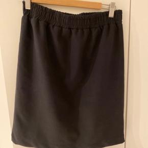 Super fin nederdel, knælang, i super god stand