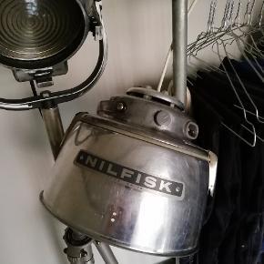 Unik industri loftlampe fra 50'erne. Fejler intet Ledning kan nemt skiftes ud. Pæren, ikke brugt, kan købes for 50:- hvis ønskes.  Sælges da jeg ikke har plads til den