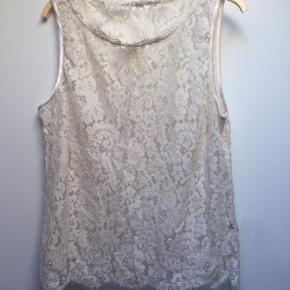 Råhvid blondetop m. silkekanter i blødt materiale. Brystmål ca 110 cm  Længde ca 65 cm