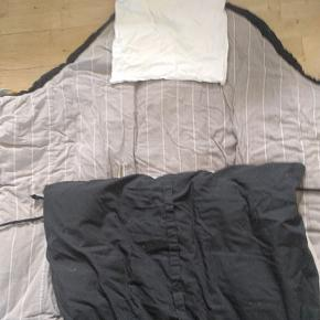 Sovepose fra bilka med sommer og vinterdyne.