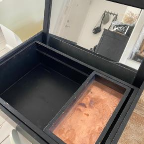 Super lækker Nomess CPH Balsabox i træ, som kan lukkes sammen. Boxen er i sortbejdset balsatræ med en kobberplade i bunden af det lille rum. Boxen måler: 42,5x32,7x13 cm  Boxen har et par skammer, så kan godt bruge en lille smule sort maling, hvis man ønsker det!