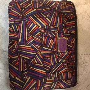 """13"""" computercover/case fra Marc Jacobs. Brugt, men har ingen tegn på slitage."""