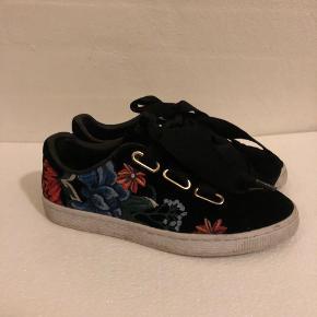 Fineste puma sko i velour med store snørebånd og blomsterdetaljer✨