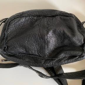Nunoo Ellie taske i sort læder. Brugt få gange, men er i god tilstand. Sælges da jeg ikke længere får den brugt. NP 999,-. Sælges fra d. 18/10-2/11, da jeg rejser og ikke vender hjem.