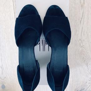 Næsten nye Billi Bi sandaler med åben tå. Brugt to gange til bryllup.  Ruskind i rigtig fin stand. Ingen mærker på hælene.  Nypris: 1100kr.