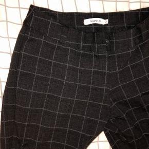 Super flotte ternet design by si bukser med god pasform. Bukserne er brugt en enkelt gang og sælges, da jeg ikke får dem brugt.