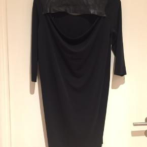 Fin kjole med vandfald i ryggen. Nypris 700 kr
