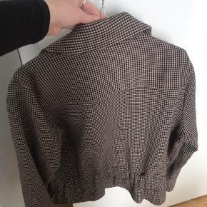 Sælger min second female jakke, da den er blevet for stor. Jakken er blevet brugt 3-4 gange og fremstår derfor som ny.