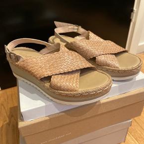 Isabell sandal med plateau☀️ Næsten ikke brugt, men der kan god ses en smule slitage.  Str. 40  BYD endelig💛
