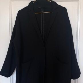 Elegant tynd jakke, som både kan bruges indenfor og udenfor 🌸