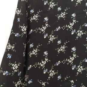 Rigtig fin blomstret kjole i det letteste stof (viskose og silke).   Perfekt som lag på lag her i foråret og alene til sommer.   Selvom den er str 34 passer den helt fint en str 36 også.