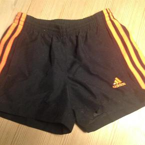 Varetype: shortsStørrelse: 7-8år Farve: sort, orange Oprindelig købspris: 300 kr.  Gode shorts som intet fejler! :)