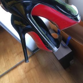 Louboutin stilletter, pigalle plato, har ikke brugt ret meget , købt her på trendsales som ny. Har haft i 3 år og passede rigtigt godt på dem. Der er plateau foran der gør at det er super behalig at går i👌 Jeg sat ny sole på. 12 cm hæl  Det er  meget billigt.