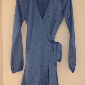Sælger denne mega lækre gestuz kjole, da den er for lille. Den er aldrig blevet brugt. Har kun prøvet den på, men prismærket er der ikke. Kom gerne med bud💞 Fragten bliver lagt oveni prisen