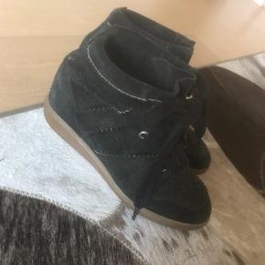"""Varetype: Wedges Farve: Sort Oprindelig købspris: 3150 kr. Kvittering haves. Prisen angivet er inklusiv forsendelse.  Jeg sælger disse Isabel Marant Bobby wedge sneakers, da jeg ikke får dem brugt. De er i helt fint stand, og har været utrolig gode at gå i, de få gange jeg har brugt dem.  Jeg købte skoene i butikken """"Cristels"""" i Hørsholm, og jeg har kvitteringen derfra.   Prisen er 1.800 kr., men kom gerne med bud, og skriv endelig for flere billeder."""