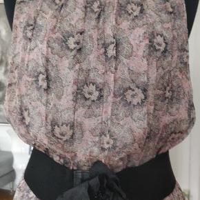 Smuk kjole, 100% silke , brugt et par gange , fejler intet. Kan brugers med og uden bælte. Bælte på billedet ikke til salg