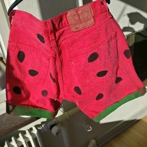 En skøn gang DIY vandmelons shorts lavet af et par afskåret Levi's. Måler ca. 37 i livet og 37 i fuld længde og 15 fra skridtet og ned, så stængerne bliver luftet. Fitter vel en S/M men tag udgangspunkt i de angivet mål.