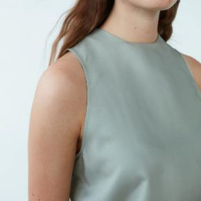 Smuk ærmeløs bluse i 100% thaisilke fra Carcel. I farven baby green. Brugt få gange og vasket i hånden.