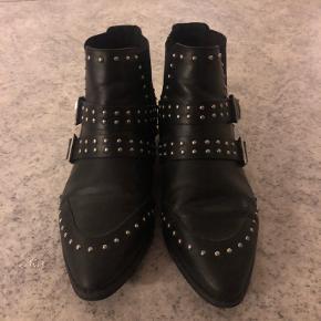 Lækre støvler fra ASOS Næsten ikke brugt(4-6 gange) dog super skønne at have på og gå i.  Desværre samler de bare støv.   Tags; støvler
