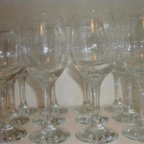 12 styks hvidvinsglas, tror det er Aida glas.  Højde 18 cm  Skal afhentes på Frederiksberg  12 styk hvidvinsglas Farve: glas