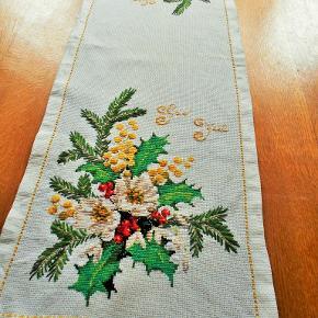 Juleløber Flot korsting broderet juleløber på hvid aida stof 31 x 95 cm. Et flot stykke håndarbejde med hyggelig julemotiv af juleroser, kristjørn, gran m. m Pletfri og ikke falmet