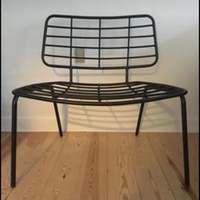 Bloomingville loungestol i sort metal.  Nypris 1.798 kr Stand: næsten som ny.  H: 70 cm L: 70 cm B: 60 cm  Byd