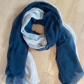 Skønneste tie-dye tørklæde fra Becksøndergaard i mørkeblå og creme. Måler 146 cm • 204 cm og er i 90% modal og 10% uld. Kun brugt to gange, som nyt