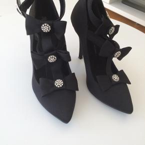 Høj hælet sko str 38 brugt 1 gange. Fejler intet flot som nye