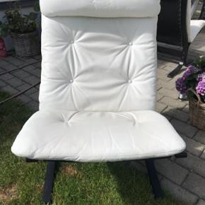 Super cool Siesta stole med Hvidt læder og sort træstel.  Er købt i Norsk møbelfirma i 1970 erne Samlet pris 1200kr stk pris 700kr