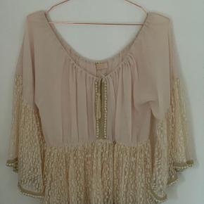 Smuk, kort tunika med perler og elastik under barm.  Bytter ikke. Prisen er fast. Kun handel via KØB NU.