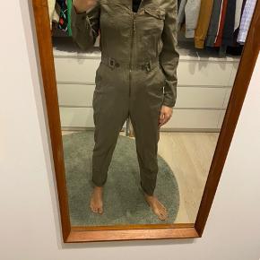 Army grøn buksedragt fra & Other stories, den er mega behagelig og have på.