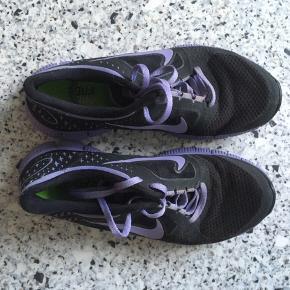 Fede Nike Free sneakers i sort m/lavendel i str. 39 (25 cm). De er brugt nogle gange, men stadig i rigtig fin stand.   Jeg foretrækker at handle via Trendsales og sende med DAO. Alternativt handel via MobilePay.  Køber betaler gebyr og fragt.