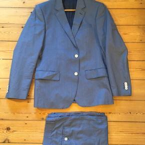 Flot, blåt jakkesæt fra Matinique. Jakken er str 52, bukserne str. 50. Brugt 2 gange og sælges kun, fordi jeg er blevet lidt for lang til ærmer og bukser. Nypris: 2700 kr, men sælges for kun 1000 kr!  #30dayssellout