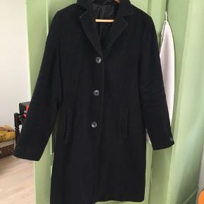 Sælger denne skønne frakke, som jeg blot har brugt i en periode forrige vinter. Den har to lommer og lukkes med tre knapper. Jeg har købt den i en damebutik til 2000kr, og sælger den derfor forholdsvist billigt! Jakken er af 72% uld, 20% polyamid og 8% kashmir.