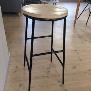 Barstol fra Søstrene Grene. Kan evt. også bruges til at have en plante stående på. Der er små brugsmærker på.