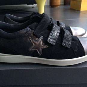 NYE ECCO SKO  Flotte sko en sort/sølv samt m velcrolukning. De er dejlige og behagelige at gå i.  Måler 22 cm  MP 250,- pp