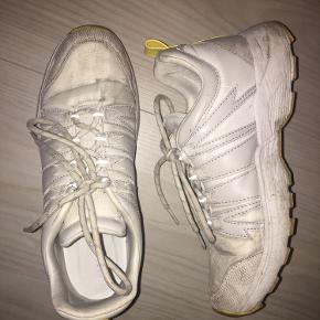 Ikke renset eller prøver at blive gjordt rene - er sikker på man sakents kan få den helt hvide igen:))