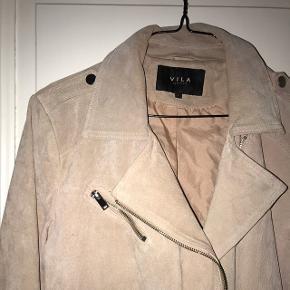 Super lækker ægte ruskinds jakke fra Vila, i sart Rosa farve. Str. L Super fin stand og uden slid.   Sendes med Dao.