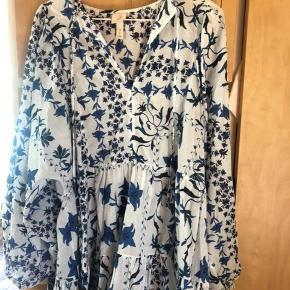 Fin oversized tunika, har brugt den som kjole med cykelshorts under. Fejler intet :-)