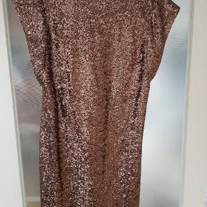Kort pailletkjole fra VILA i rosegold.   Kjolen har aldrig været brugt.