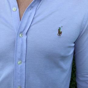 Lækker Ralph Lauren skjorte i lys lilla. Brugt én enkelt gang. Knit Oxford.👔
